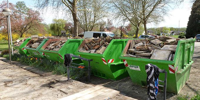 Da wird kräftig Hand angelegt und eine Menge Bauschutt zur Abfuhr bereit gestellt (Foto: Dejon)