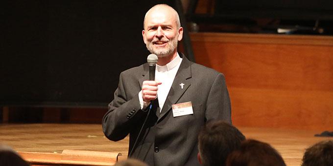 Pfarrer Armin Haas begrüßte im Namen der Schönstattbewegung alle Besucher des Musicals (Foto (c): Markus Hauck (POW))