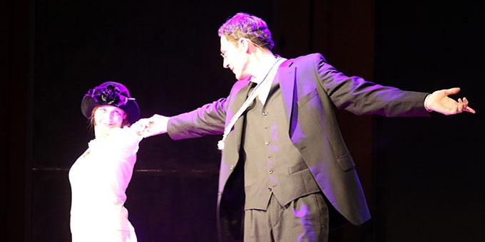 Franz Reinisch (Mathias Gall) als Lebemann beim Tanzen mit seiner Freundin Ludowika Linhard (Carolin Ankenbauer) (Foto (c): Markus Hauck (POW))