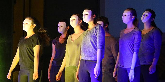 Mit Masken versinnbildlichten die Tänzer die Gleichschaltung der Gesellschaft durch die Nationalsozialisten  (Foto (c): Markus Hauck (POW))
