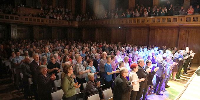 Das Schlusslied riss das Publikum im Max-Littmann-Saal so mit, dass es aufstand und auch noch die Zugabe klatschend und stehend verfolgte  (Foto (c): Markus Hauck (POW))