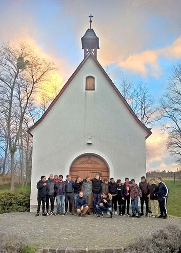 Eine Gruppe vor dem Schönstatt-Heiligtum (Foto: Bechtold)