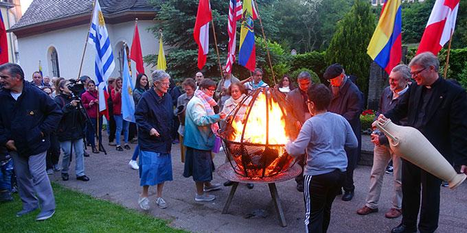 Abschluss der Feier am Bündnisfeuer (Foto: Schönstatt-Pilgerzentrale)