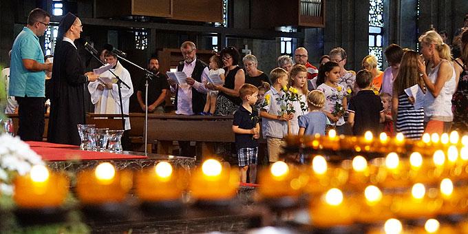 Spalier mit gelben Rosen für die Gottesmutter, die im großen Pilgerbild einzieht (Foto: Karten)