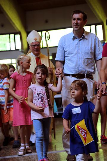 Vor der Verlesung des Evangeliums zogen die Kinder und der Erzbischof bei einer langen Prozession mit der Bibel durch die Kirche (Foto: Kröper)