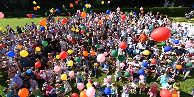 Vor dem Abschlussgottesdienst des Familienfestivals gab es ein Aktionsfoto auf der Wiese beim Urheiligtum in Schönstatt (Foto: Kröper)