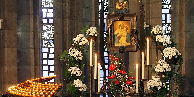 Viele Lichter sprechen von den Gebeten und vom Vertrauen der vielen Menschen auf Maria (Foto: Gehrlein)