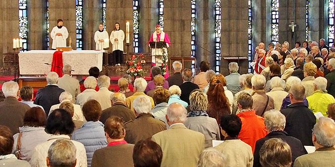 Volle Kirche am Pfingstsonntag bei der Maiandacht mit Weihbischof Thomas Maria Renz (Fo-to: Gehrlein)