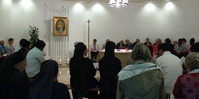 Pfingstgebet auf der Liebfrauenhöhe – der Gottesdienstraum im Haus fasst kaum die vielen Mitbetenden (Foto: Hirscher)
