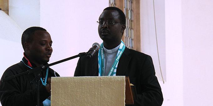 Zu Beginn seines Statements trug Pater Deogratias Marahukiro, Schönstatt-Pater, Burundi, (r) mit einem Mitbruder ein Marienlied auf Suaheli vor (Foto: McClay)