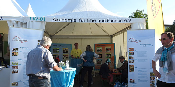 Der Infostand der Akademie für Ehe und Familie auf dem Katholikentag (Foto: McClay)