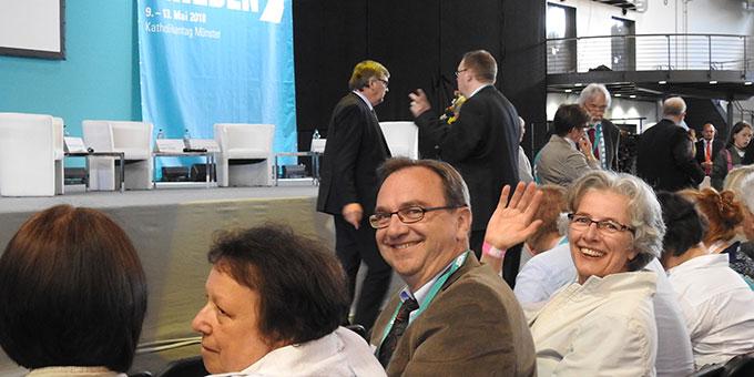 Prof. Dr. Joachim Söder und Schwester M. Vernita Weiss freuen sich auf das sehr gut besuchte Podiumsgespräch (Foto: McClay)