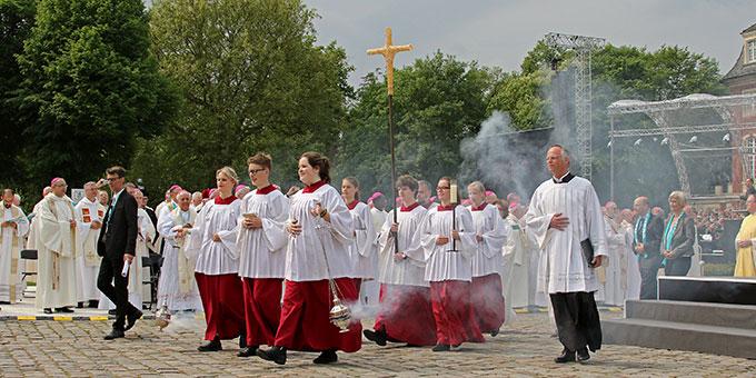 """Eine """"sparsame"""" Einzugsprozession zum Christi Himmelfahrts Gottesdienst beim Katholikentag in Münster  (Foto: katholikentag.de Nadine Malzkorn)"""