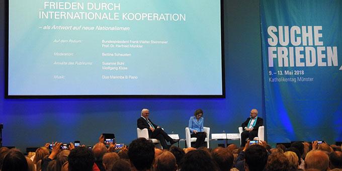 Frieden durch internationale Kooperation - ZDF-Moderatorin Bettina Schausten leitete das Podium mit Bundespräsident Frank-Walter Steinmeier und dem Politikwissenschaftler Herfried Münkler (Foto: McClay)