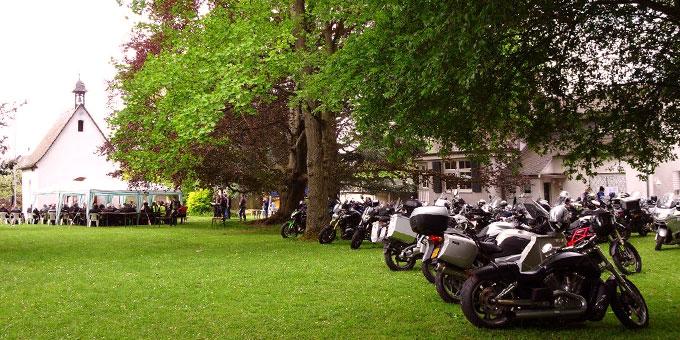 Motorradsegnung am Schönstatt-Zentrum Trier. Platz für mehr Motorräder in den kommenden Jahren (Foto: Brück)