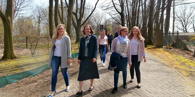 Gespräche in der aufblühenden Natur (Foto: Junge Frauen)