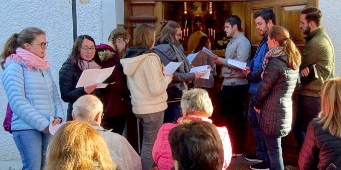 Die musikalische Gestaltung des Maieinzuges haben Jugendliche der Schönstatt-Jugend übernommen (Foto: Brück)