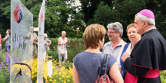 Rosmari Kröper erklärt Bischof Wiesemann den Eheweg, dessen mobile Version die Familienbewegung zum Jubiläum aufgebaut hatte (Foto: Klaus Kröper)