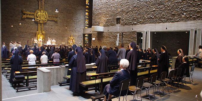 Unter den Gästen und Mitfeiernden sind viele Schönstätter Marienschwestern (Foto: Neiser)