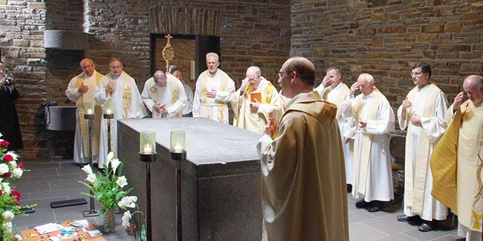 Nach dem Gottesdienst noch ein kurzes Gebet am Sarkophag des Schönstatt-Gründers Pater Josef Kentenich (Foto: Neiser)
