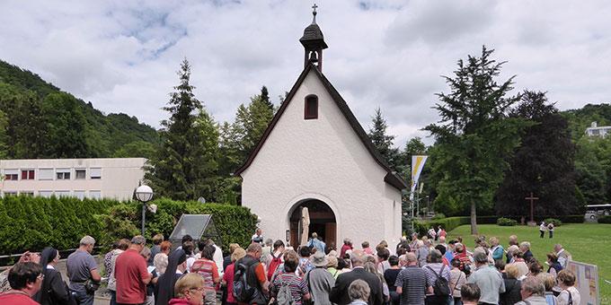 Ankunft der Wallfahrer aus Regensburg an der Gnadenkapelle der Dreimal Wunderbaren Mutter und Königin von Schönstatt (Foto: G. Semmelbauer)