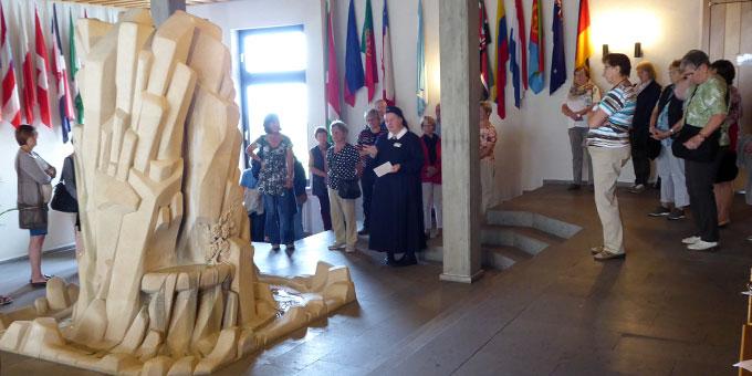 Auftakt des meditativen Pilgerweges war eine Führung im Priester- und Gästehaus Moriah (Foto: G. Semmelbauer)