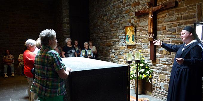 Wallfahrer aus Regensburg am Grab Pater Kentenichs (Foto: G. Semmelbauer)