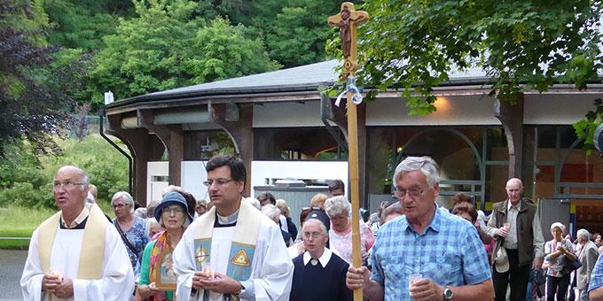 Prozession von der Pilgerkirche zum Urheiligtum (Foto: G. Semmelbauer)