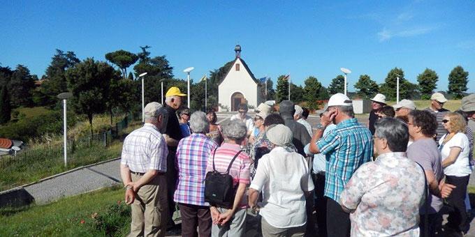 Pfarrer Egle führt die Pilger über das Gelände des Schönstatt-Zentrums Belmonte (Foto: Wolf)