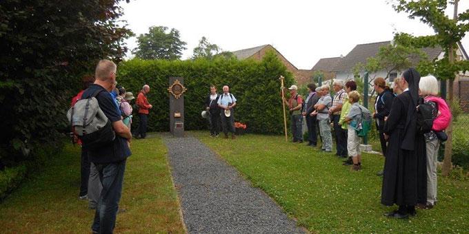 Begrüßung und Auftakt des Pilgerweges im Garten des Geburtshauses von Josef Kentenich in Gymnich (Foto: Nöthen)