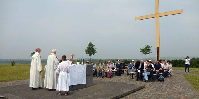 Pilgergottesdienst auf dem Papsthügel des Marienfeldes (Foto: Nöthen)