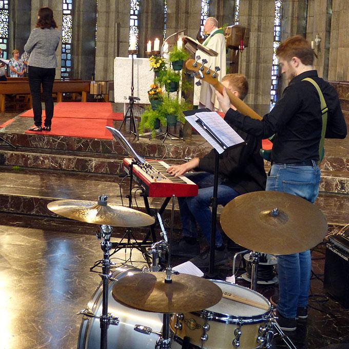 Abschlussgottesdienst mit Schlagzeug, Glockenspiel und Xylophon (Foto: Meinert)