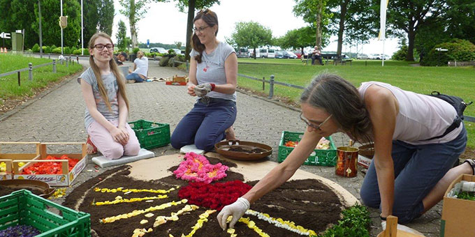 Im Vorfeld haben viele Helferinnen und Helfer mitgewirkt beim Blumen sammeln und Teppiche legen (Foto: S-MS)