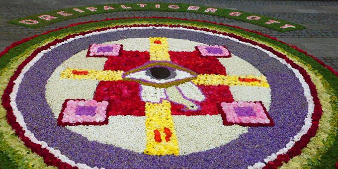 Berg Schönstatt: Blumenteppiche zum Lobpreis des Dreifaltigen Gottes (Foto: S-MS)
