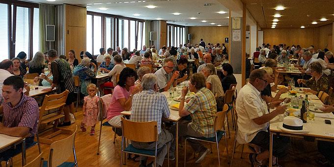 Viele nehmen die Gelegenheit zum Mittagessen wahr (Foto: Karten)