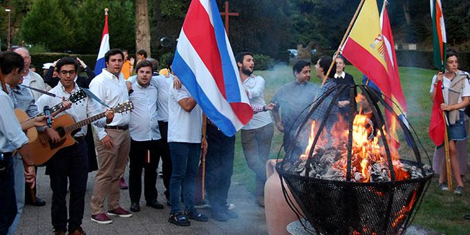 internationale Lieder und Begegnung am Bündnistag beim Urheiligtum in Schönstatt (Foto: Brehm)