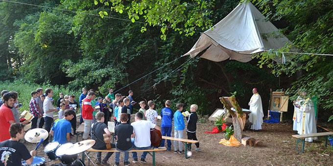 """Ein Novum: Bischof Ackermann feiert die """"Einweihungsmesse"""" des Zeltlagers der SMJ Trier (Foto: A. Paul)"""