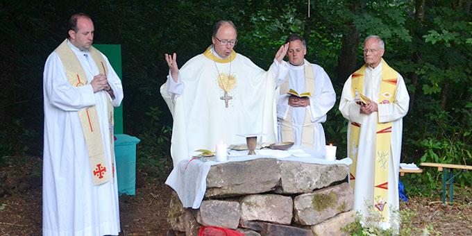 Bischof Ackermann zelebriert im Zeltlagerheiligtum eine Messe (Foto: A. Paul)