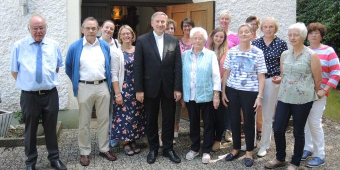 Vor der Schönstatt-Kapelle in Endel begrüßten Vorsitzender Willi Imbusch, Vorstand und  Mitarbeiterinnen Weihbischof und Offizial Wilfried Theising aus Vechta. (Foto: Koopmeiners)