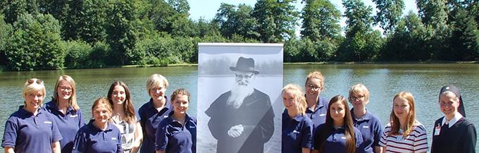 Gruppenfoto der MJF-Trägerinnen mit Pater Kentenich am See im Schönstattzentrum Borken (Foto: Vehlken)