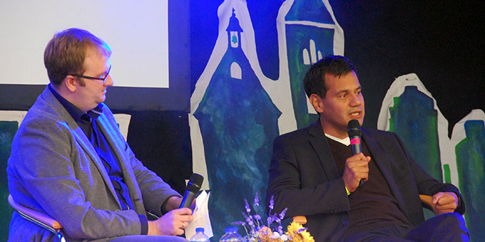 Matthias Friebe (links) interviewt den Östreicher Psychologen Marco Blumenreich beim Motto-Talk der NdH (Foto: Brehm)