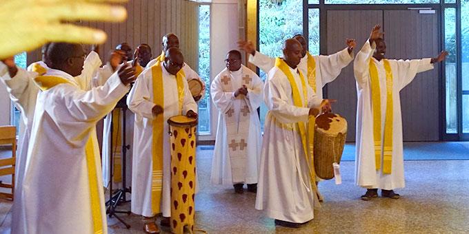 Priester aus Burundi gestalteten den Bündnisgottesdienst mit (Foto: Trieb)
