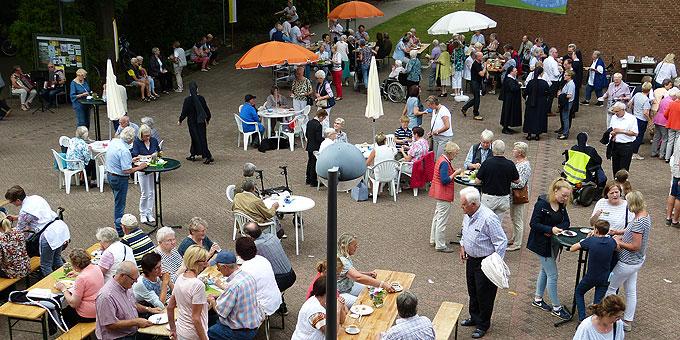 Buntes Treiben auf dem Kirch-Vorplatz beim Fest der Begegnung in der Schönstatt-Au Borken (Foto: Schroeder)