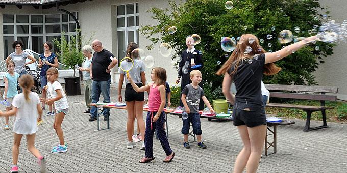 Seifenblasen – Traditionselemente der Sommertagungen (Foto: Kull-mann)