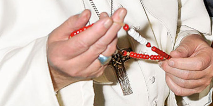 Papst Franziskus hält einen Rosenkranz in der Hand (Foto: gott-kann.at)