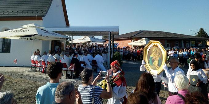 Das Bild der Dreimal Wunderbaren Mutter von Schönstatt wird ins neue Heiligtum in Kroatien gebracht (Foto: Tomislav Simosic)