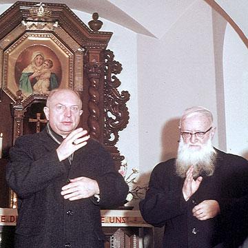 Ein historisches Foto: Bischof Heinrich Tenhumberg und Pater Josef Kentenich segnen am 25.11.1967 im Gelsenkirchener Schönstatt-Heiligtum (Foto: Archiv)