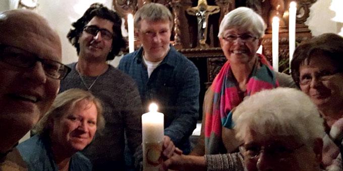Die Teilnehmer der Gründernacht am 14.9.2018 in Gelsenkirchen Horst: die Kerze mit dem Heilig-Geist-Fenster verbindet die Schönstatt-Bewegung deutschlandweit (Foto: Callegari)