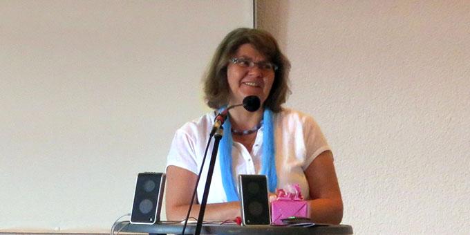 Die Moderatorin Jutta Schwarz-Hoffmann führt durch den Tag (Foto: Reiling)