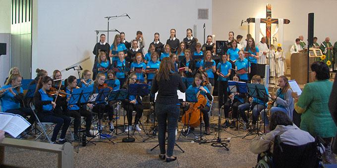 Chor und Orchester der Schönstätter Marienschule stemmten die musikalische Gestaltung  (Foto: Brehm)